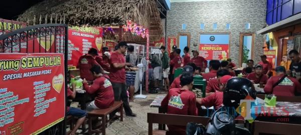 Suasana warung khas Tiwul Sompil Sempulur yang ramai / Foto : Anang Basso / Tulungagung TIMES