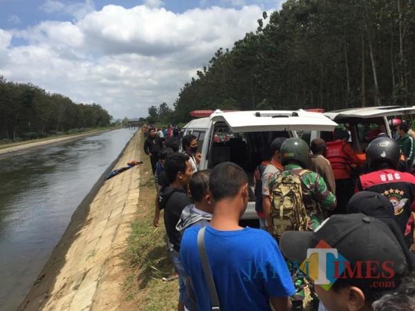 Tim gabungan mengevakuasi jasad korban Dwi Santoso yang ditemukan meninggal dunia di Sungai  Lodagung.(Foto : Aunur Rofiq/BlitarTIMES)
