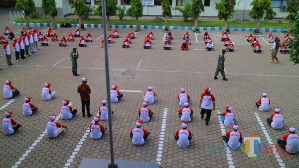 Pembekalan peserta  bela negara di lapangan Uniba Banyuwangi.