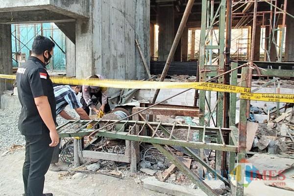 Kasat Reskrim Polresta Malang Kota AKP Azi Pratas Guspitu saat melakukan pemantauan terhadap lift yang jatuh di proyek RSI Unisma. (Anggara Sudiongko/MalangTIMES)