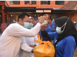 Bupati Mojokerto Pungkasiadi bagikan 389 paket untuk THL dan mitra kerja RSUD dr. Soekandar (Foto: IG protokol_kompimkabmojokerto)