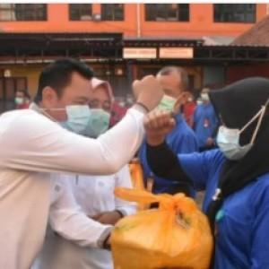 Bupati Pungkasiadi Berikan 389 Paket Bagi THL dan Mitra Kerja RSUD dr. Soekandar Mojokerto
