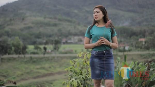 Efa Almahyra yang kini kembali eksis di dunia tarik suara dan modelling. / Foto : Istimewa / Tulungagung TIMES