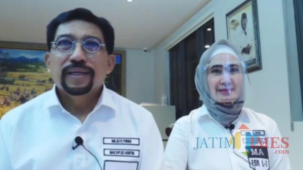 Machfud Arifin dengan ditemani istri