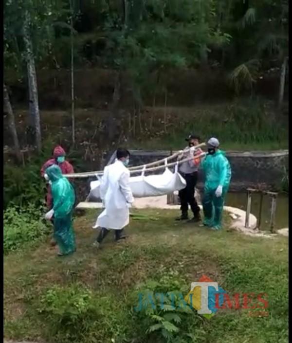 Petugas saat berupaya mengevakuasi jenazah yang ditemukan bersimbah darah di Kecamatan Kromengan. (Foto : Istimewa)