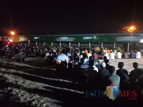 Suasana doa bersama warga di pinggir rel kereta api Desa Sumbermulyo, Kecamatan Jogoroto, Jombang. (Foto : Adi Rosul /JombangTIMES)