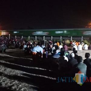 Malam Jumat Bulan Suro, Ratusan Warga Desa di Jombang Panjatkan Doa di Pinggir Rel Kereta
