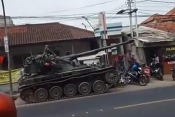 Tank TNI tabrak motor dan gerobak dagangan (Foto: Instagram)