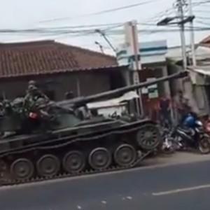 Langsung Ganti Rugi Motor dan Barang Dagangan yang Ditabrak Tank, TNI Tuai Simpati Warganet