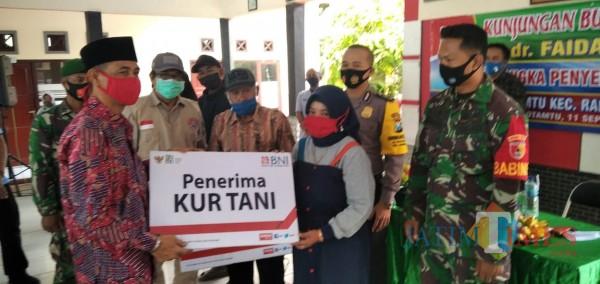 Wakil Bupati Jember Drs. KH. A. Muqit Arief saat acara penyerahan kartu tani dan KUR Tani di Balai Desa Rowotamtu (foto : Moh. Ali Makrus / Jatim TIMES)