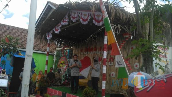 Penyerahan Hadiah ( Foto: Bramastyo Dhieka Anugerah / Jatim Times)