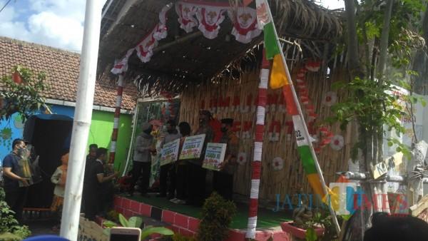 Penyerahan hadiah Lomba Kampung Resik di Lumajang (Foto: Bramaatyo Dhieka Anugerah/ JatimTIMES)