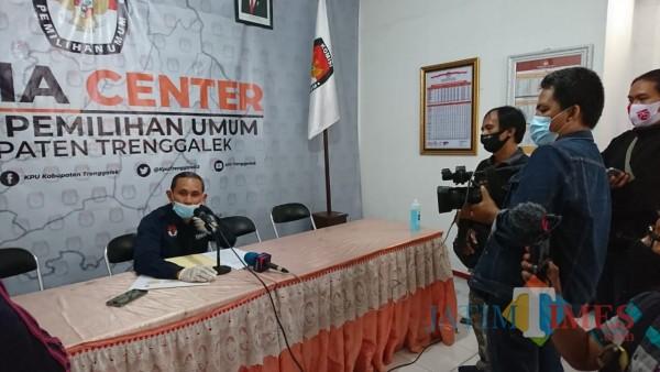 Gembong Derita Hadi lakukan konferensi pers di kantor KPU Trenggalek
