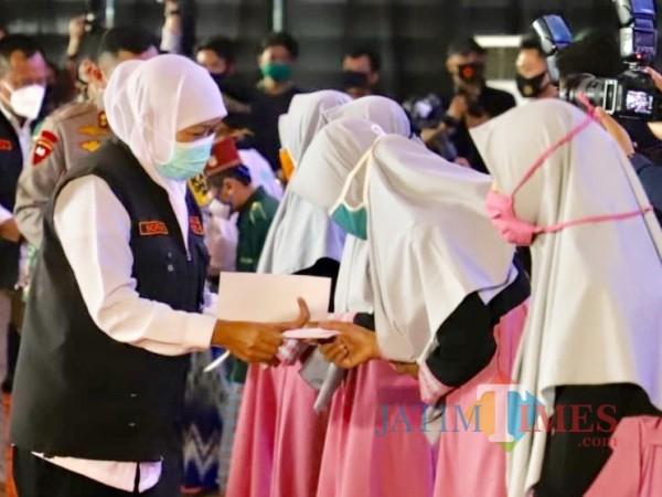 Gubernur Jawa Timur Khofifah Indar Parawansa saat memberikan santunan di Klub Bunga Butik Resort, Jumat (11/9/2020). (Foto: Irsya Richa/MalangTIMES)
