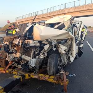 Kecelakaan di Tol Jomo, SUV Rusak Parah Usai Tabrak Truk Terguling