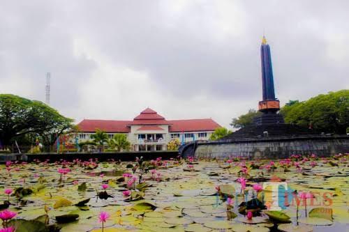 Lanscape keindahan Taman Alun-Alun Bundar Kota Malang Dengan Latar Belakang Balai Kota Malang sebagai bangunan Cagar Budaya (Yogi Iqbal/MalangTIMES).