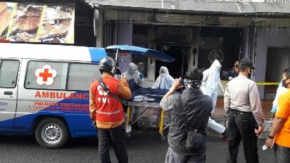 Petugas dan PMI saat evakuasi korban di depan Toko Roti (Foto: Humas Polresta).