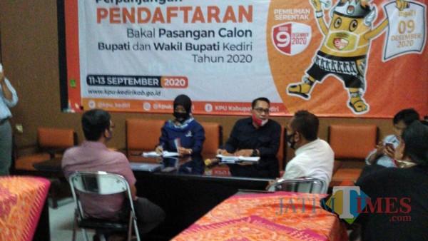 Tim LO dari pasangan Ridwan dan Mudawamah saat konsultasi di Kantor KPU Kabupaten Kediri. (Eko arif s/Jatimtimes)