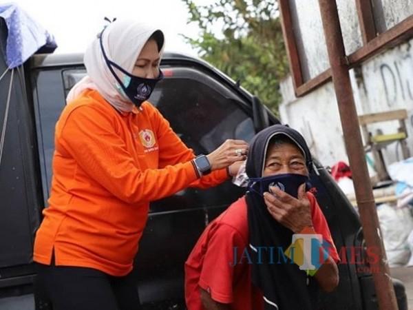 Wali Kota Batu Dewanti Rumpoko saat measangkan masker kepada lansia di Kota Batu. (Foto: istimewa)