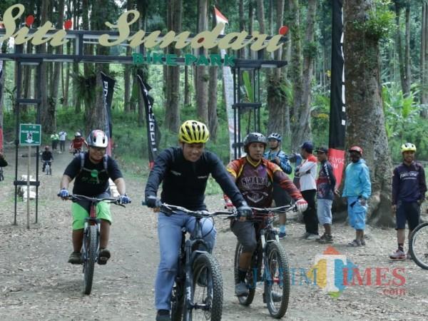 Bupati Lumajang ketika menjajal Siti Sundari Bike Part (Foto : Kominfo / Jatim TIMES)