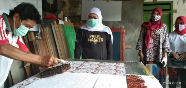 Gubernur Jatim Khofifah Indar Parawangsa saat melihat proses pembuatan batik cap (Joko Pramono for Jatim TIMES)
