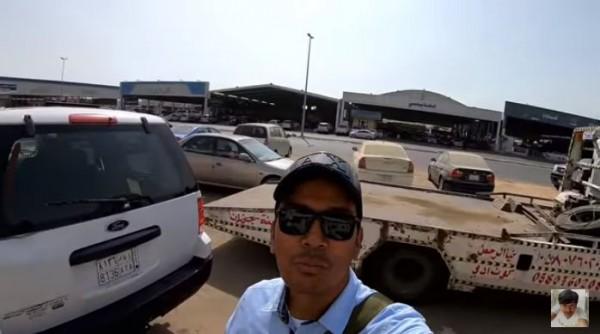 Mobil layak pakai dibuang di Arab Saudi (Foto: YouTube Alman Mulyana)