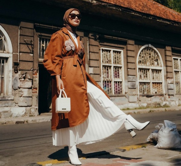 Gaya fashionable dengan outfit warna cokelat ala Ana Octarina. (Foto: Instagram @anaoctarina).