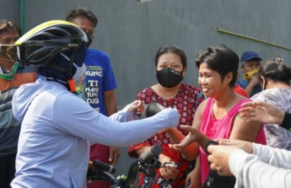 Wali Kota Mojokerto Ning Ita bersama Dandim, Kapolresta, Kajari gowes dan bagikan masker ke warga (Foto: IG @ningita_)