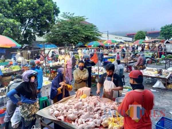 Aktivitas para pedagang dan konsumen di Pasar Besar Kota Batu di tengah pandemi Covid-19. (Foto: Irsya Richa/MalangTIMES)