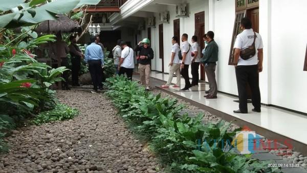 Chuang Cung Him (pakai helm) saat dijemput oleh petugas (Joko Pramono/ JatimTIMES)