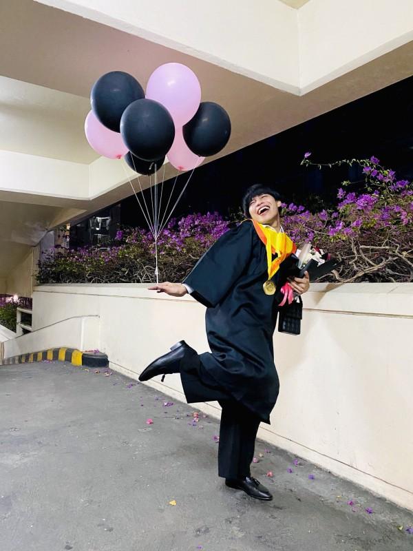 """Jabro, """"mahasiswa bidadari"""" yang nge-dance di hadapan rektor, dosen, dan wisudawan Universitas Dr Soetomo. (Foto: Twitter @brojabrooo)"""