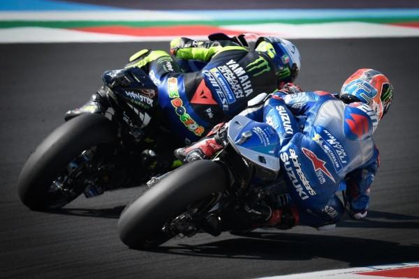 Joan Mir saat menempel ketat Valentino Rossi (MotoGP)