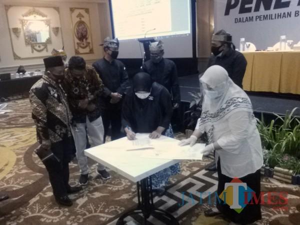 Komisioner KPU Menandatangani BAP DPS Pilkada Di Hotel Aston Banyuwangi Nurhadi Banyuwangi Jatim Times
