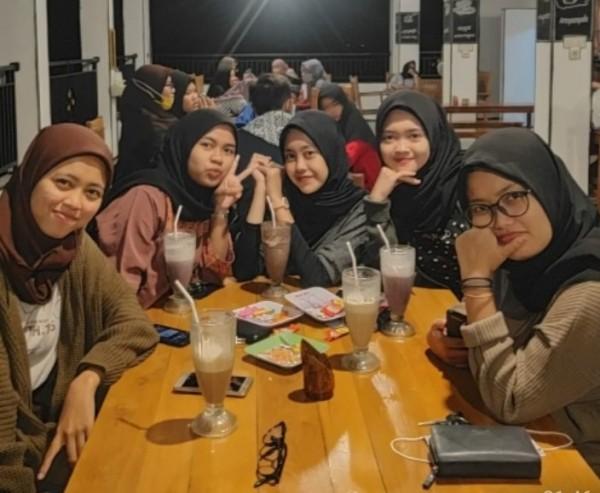 Sekelompok remaja sedang asyik menikmati malam di Bebe Cafe. (Foto: istimewa)