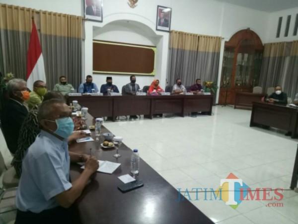 Rapat evaluasi Satgas Covid-19 Kabupaten Lumajang masih berlangsung (Foto : Moch. R. Abdul Fatah / Jatim TIMES)