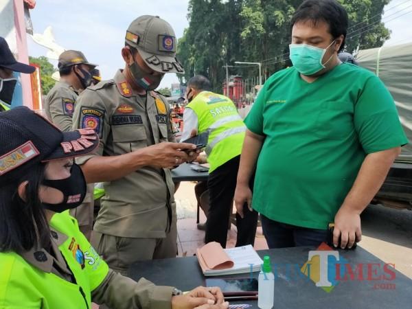 Sanksi tegas diberikan kepada masyarakat yang melanggar protokol kesehatan (Foto: Aunur Rofiq/ BlitarTIMES)