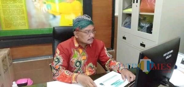 Kabid Pariwisata Disparbudpora Sumenep Imam Bukhari saat bekerja di kantornya. (Foto: Syaiful Ramadhani/JatimTIMES)