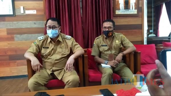 Wakil Bupati Bondowoso Irwan Bachtiar Rahmat didampingi Sekretaris BPBD Adi Sumaryadi (Foto: Abror Rosi/JatimTimes)