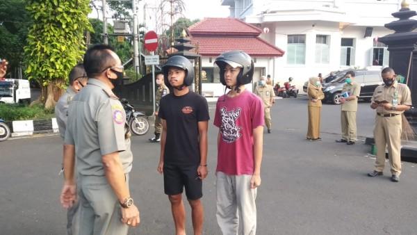 Pengguna jalan yang melanggar aturan tak kenakan masker beberapa saat lalu (Pipit Anggraeni/MalangTIMES).