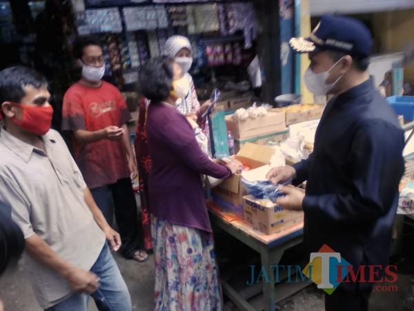 Bupati Banyuwangi Bagikan Masker Kepada Warga di Pasar Banyuwangi Nurhadi Banyuwangi Jatim Times