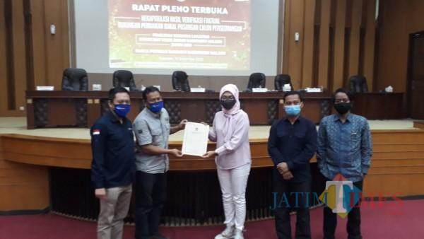 Heri Cahyono (dua dari kiri) dan Gunadi Handoko (paling kiri) saat menerima berkas dari KPU Kabupaten Malang usai pembacaan rekap hasil verfak perbaikan