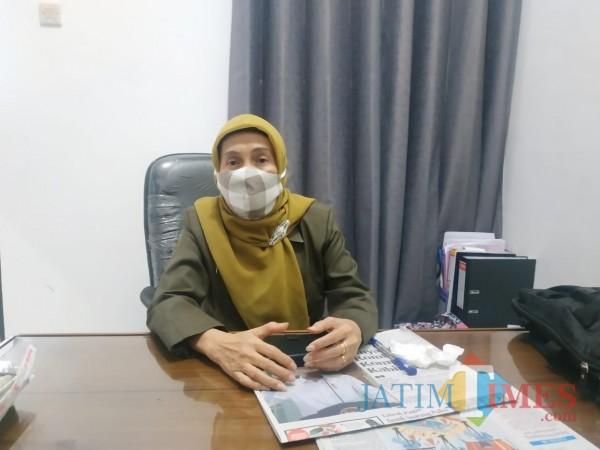 Kepala Dinsos-P3AP2KB Penni Indriani (Hendra Saputra)