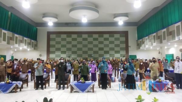 Wali Kota Malang Sutiaji beserta istri dan wakil wali kota Malang beserta istri serta jajaran Pemkot Malang saat berfoto bersama para veteran dan pejuang. (Pipit Anggrae I/MalangTIMES).