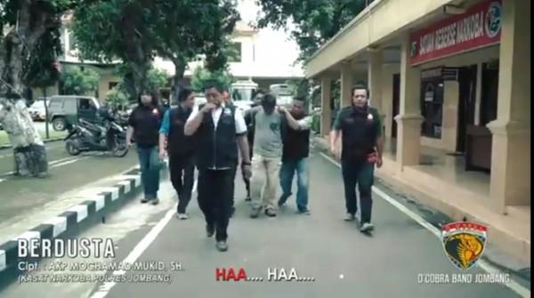 Potongan gambar dari video klip lagu Berdusta ciptaan Kasatresnarkoba Polres Jombang AKP Moch Mukid. (Istimewa)