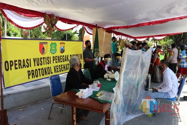 Salah seorang warga saat terjaring operasi yustisi tertib pemakaian masker di Kabupaten Sumenep (Foto: Ist/JatimTIMES)