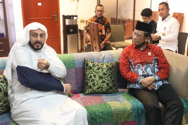 Syekh Ali Jaber dan Mahfud MD (Foto: Twitter @mohmahfudmd)