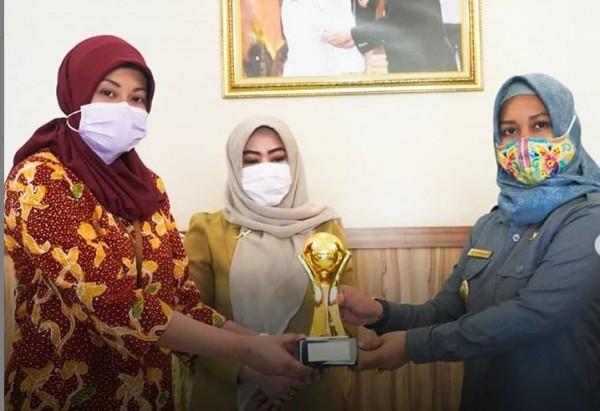 Wali Kota Ning Ita secara simbolis menerima penghargaan Top BUMD Award 2020 (Foto: IG @humaspemkotmojokerto)