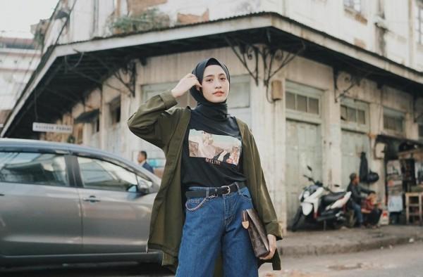 Gaya selebgram Helmi Nursifah saat mengenakan outfit bertema earth tone. (Foto: Instagram @helminursifah).