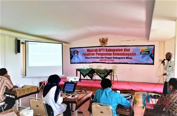 Pengurus dan anggota APTI Kabupaten Blitar mengikuti pelatihan penguatan kelembagaan (Foto: Aunur Rofiq/ BlitarTIMES)