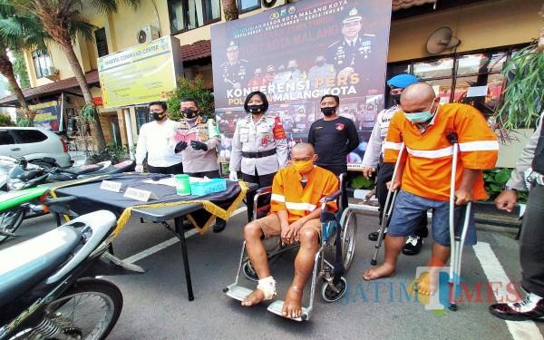 Kedua pelaku residivis yang kemabli berulah mencuri motor saat dirilis di Polresta Malang Kota (Anggara Sudiongko/MalangTIMES)